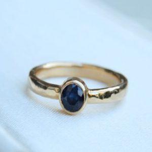Anillo de oro con zafiro azul
